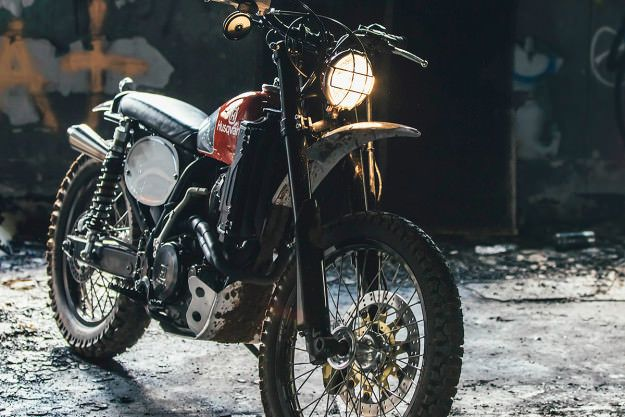 If this cute little number whipped past you out on the trails, you'd be forgiven for thinking it was a vintage Husky resto. But you might have a hard time keeping up.It's actually a 2005-model ...